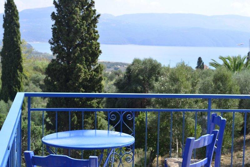 Postkartenblick von der Terrasse aus auf Berge und Meer