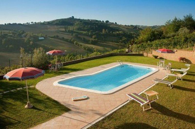 Das Schwimmbad befindet sich auf einer sonnigen Naturterrasse mit einer schoenen Aussicht.
