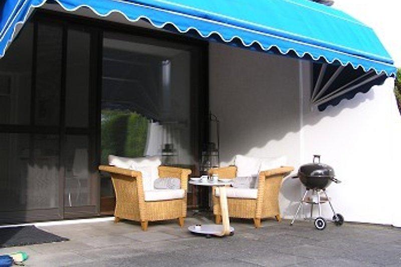 Der überdachte Terassensitzplatz unter der Markise mit Blick in den Garten. Ein schöner Platz um auch die Abendsonne zu geniessen.