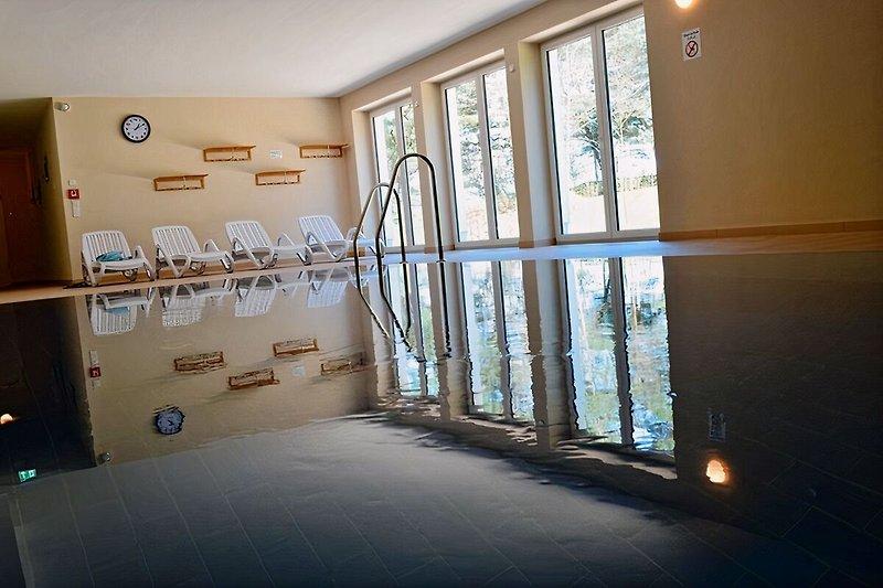 Wellnessbereich mit Pool und Saunen