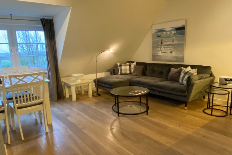 großzügiger Wohn-/Essraum mit Fernseher in Südlage, Eichenholzboden weiß geölt
