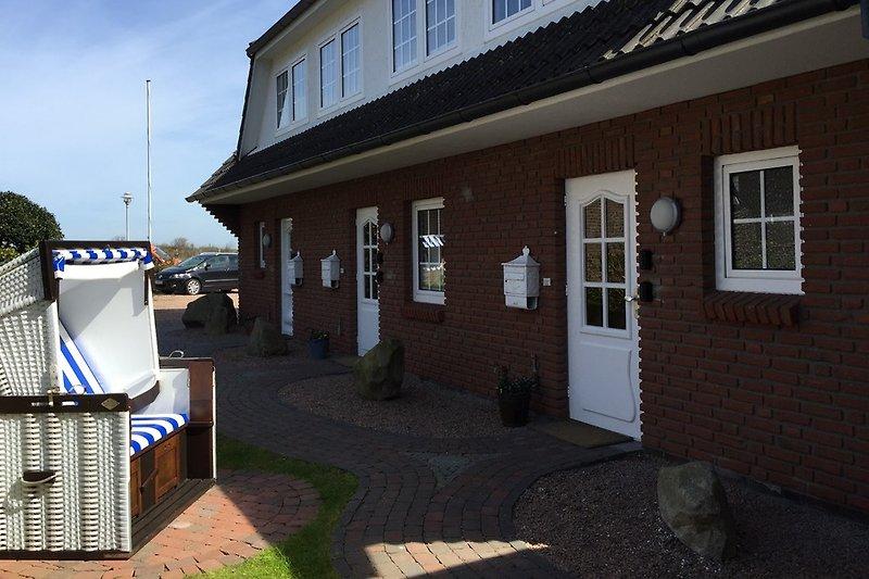 Hauseingangsseite (Nordseite) Eingang rechts, im Bildvordergrund