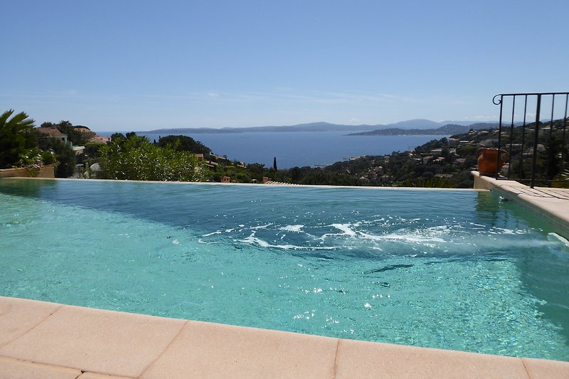 Infinity-Pool with countercurrent system, at this end the pool is approx. 1.70 m deep