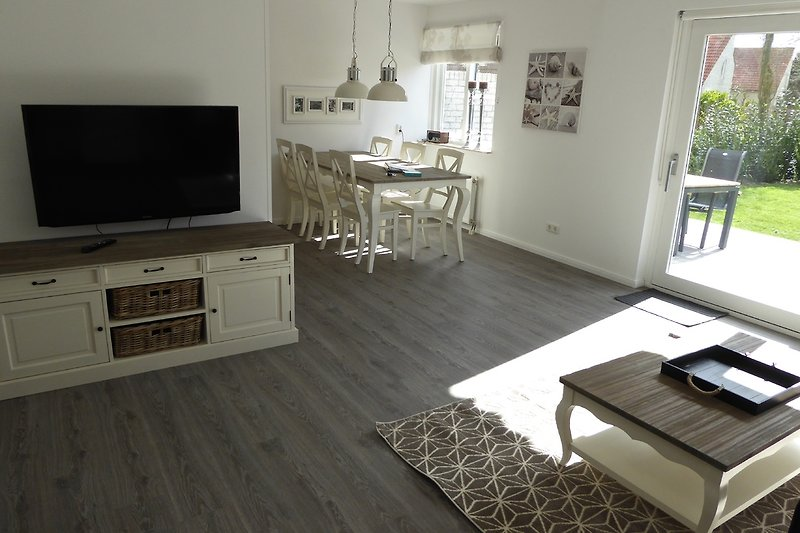 Wohnzimmer und Essplatz, Küche links vom Essplatz