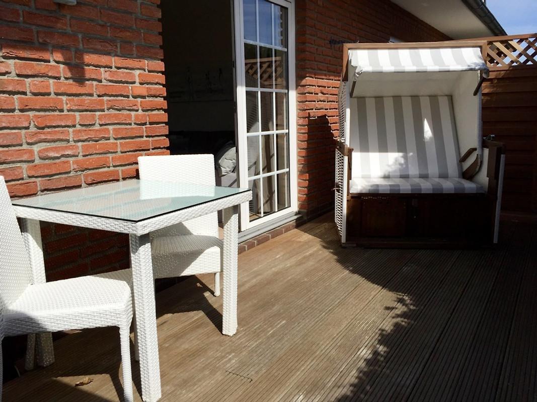 Terrasse Am Vormittag, Südlage, Mittlerweile Möbel In Teak/Alu