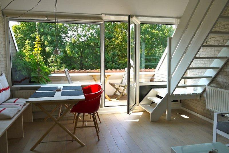 Blick durch den Wohnraum auf die Terrasse