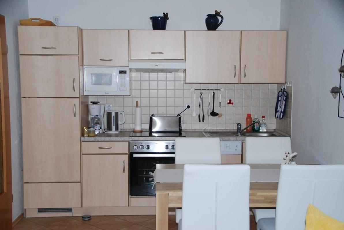 Küche mit mikrowelle herd ofen kühlschrank geschirrspüler
