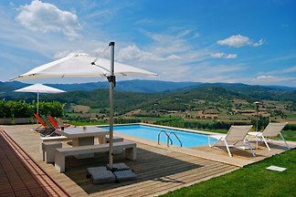 Tuscany: villa with pool for 2-6 persons in a modern design with breathtaking panoramic location in the heart of Tuscany.
