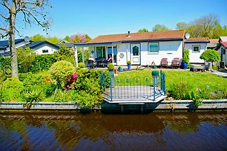 Comfortable bungalow at the IJsselmeer Friesland