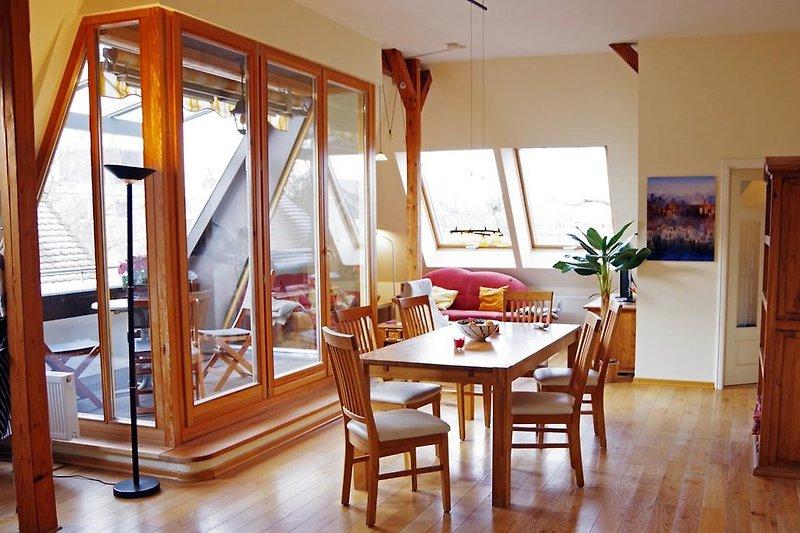 Großes helles Ess-Wohnzimmer mit Loggia