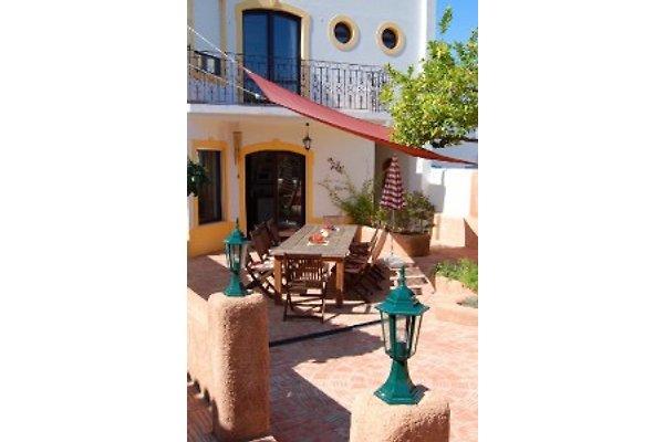 rückwärtige Ansicht mit idyllischer Terrasse gegenüber des Gartens und des Pools