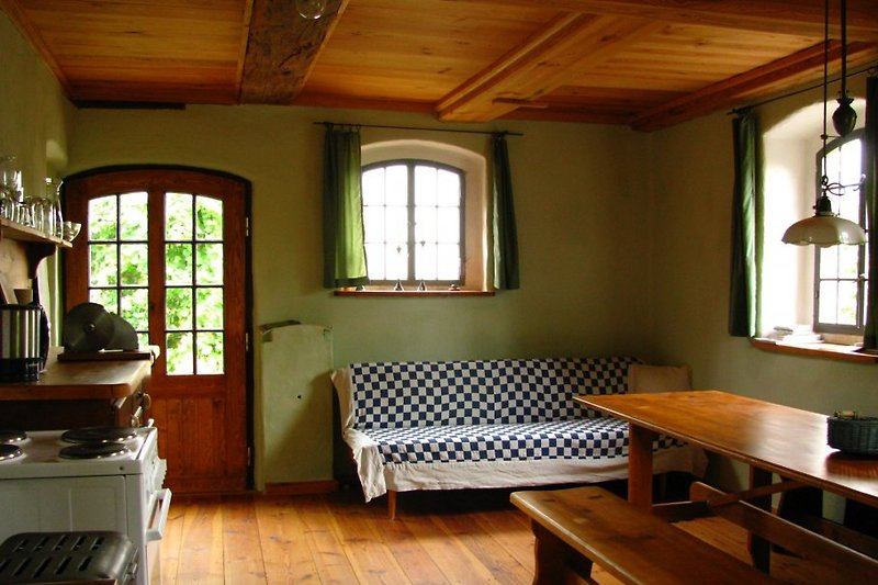Küche mit langer Tafel und Kochmaschine