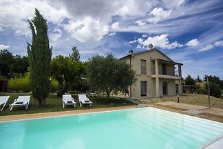 Marcheholiday Alba, villa con piscina