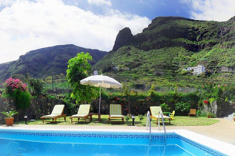 Piscina, giardino e vista sulle montagne