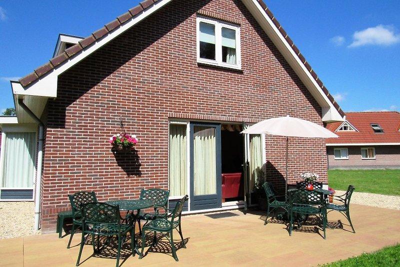 Terrasse hinter dem Haus mit nostalgischen Sitze