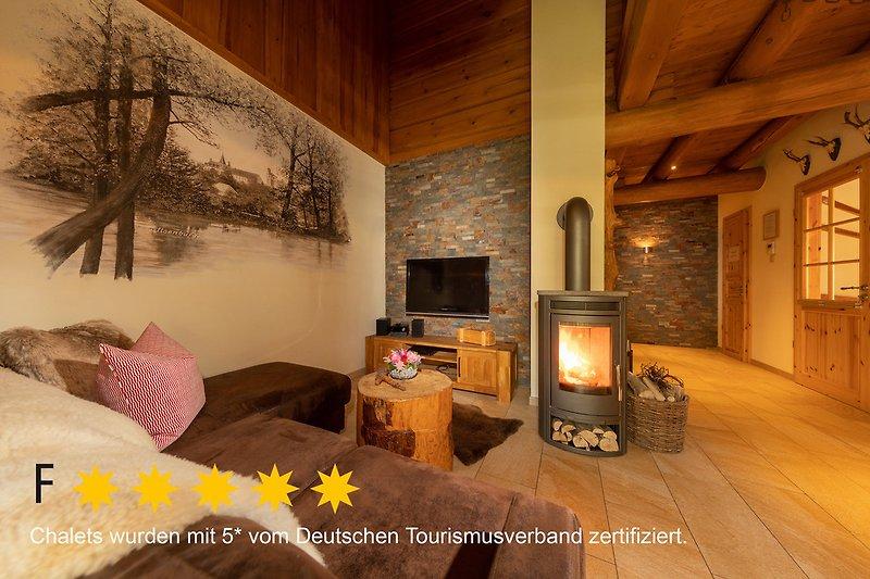 gemütlicher Wohnbereich mit Ledercouch und Kaminofen