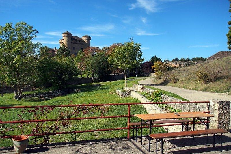 Große Terrasse mit Garten und Schloßblick