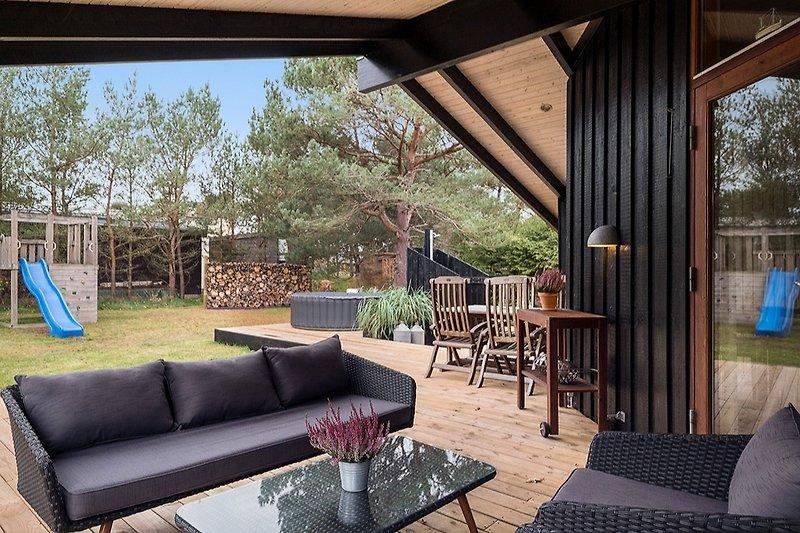 Überdachte Terrasse mit Loungemöbeln