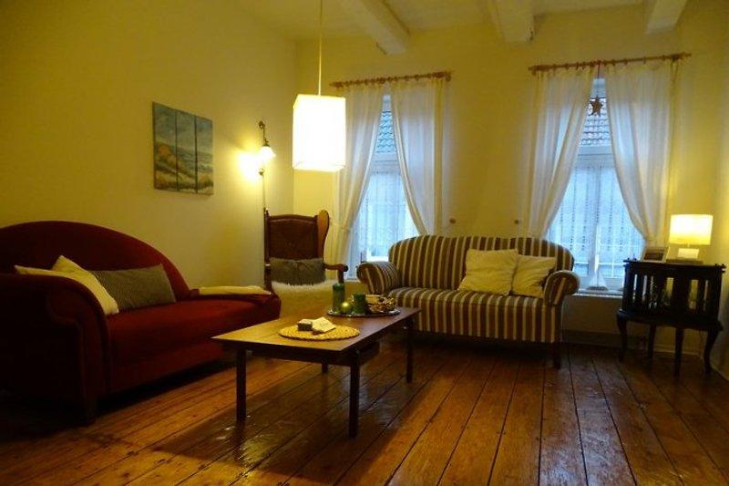 Das Wohnzimmer ist gemütlich eingerichtet.