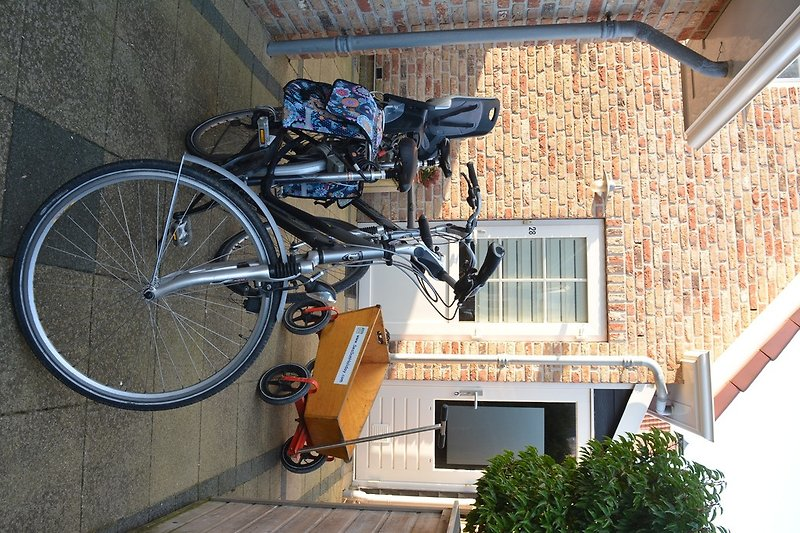 2 Fahhräder mit Schuppen