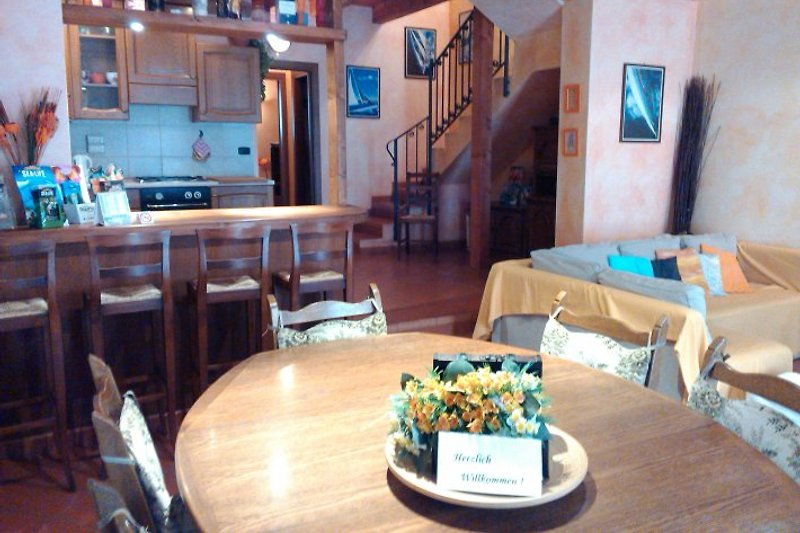 Das Wohnzimmer ist sehr gross, und besteht aus einem schönen Esstisch