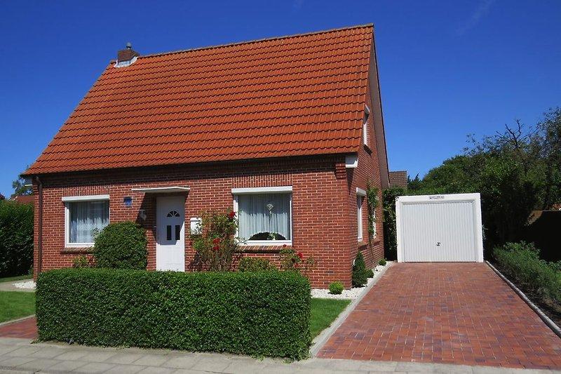 Blick auf das freistehende Einfamilienhaus mit Garage