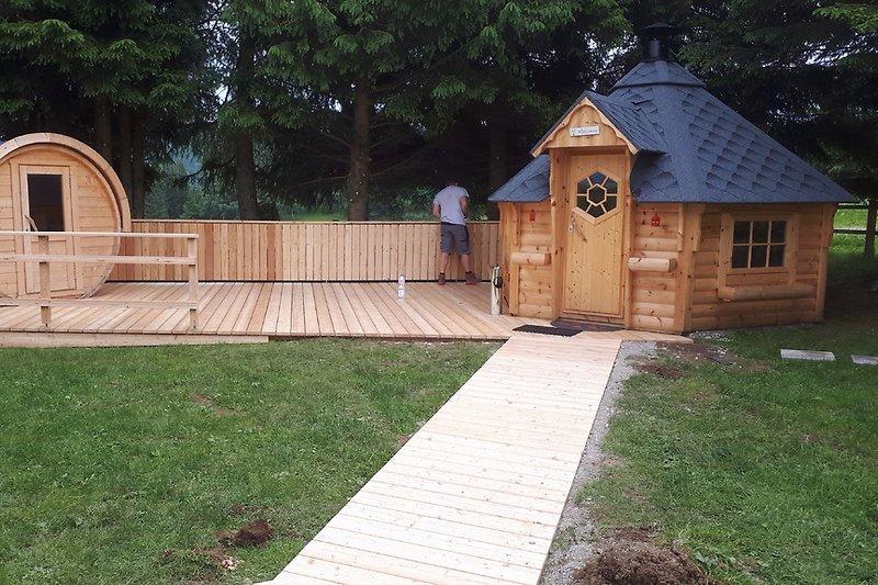 Fass Sauna-Grillhütte und Sitzterasse