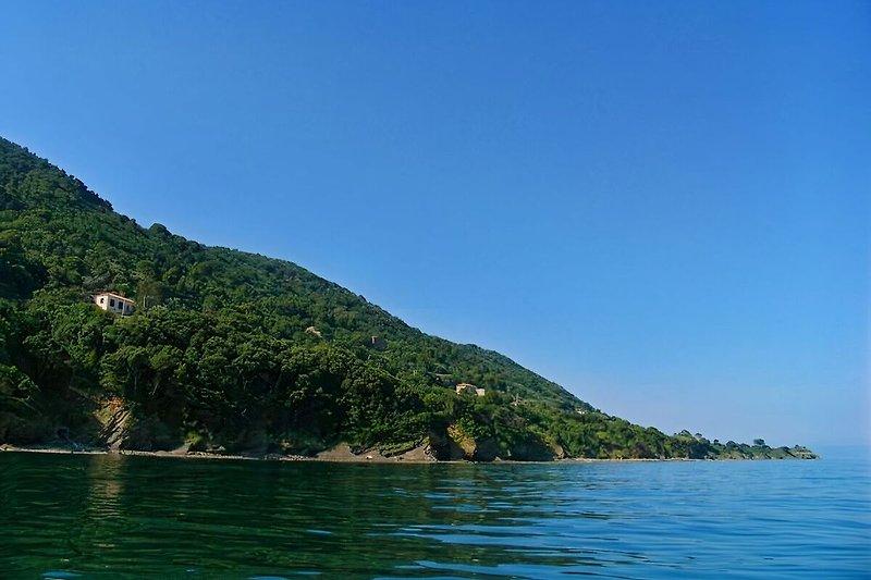 Die Ferienwohnung Casa Licosa vom Meer aus betrachtet