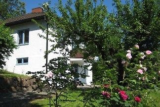 Gemütliches Ferienhaus für bis zu 6 Pers. in Totebo, Nähe Vimmerby u. Västervik mit Boot. 900 m2 Garten mit zahlreichen Spielsachen. Kostenlose Benutzung von Fahrrädern, WLAN uvm.