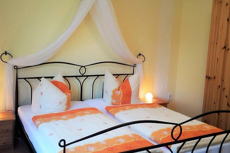 Schlafzimmer mit Doppel- und Doppelstockbett