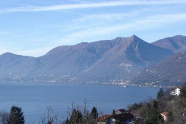 Traumhafte Sicht auf See & Berge am Tag