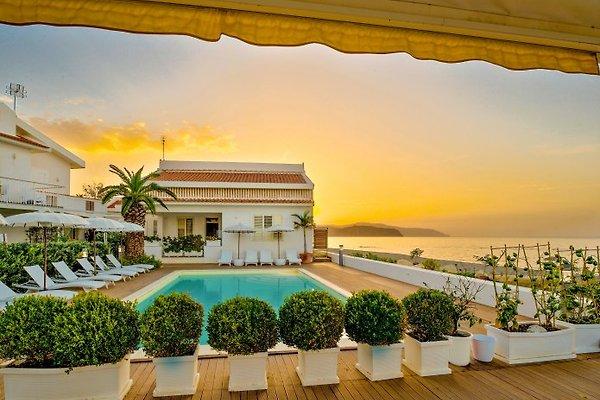 Teilansicht der Residenz mit Pool direkt am Meer
