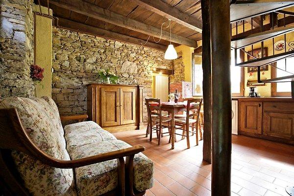 Gut ausgestattete Wohnküche mit 4-Flammen-Gasherd