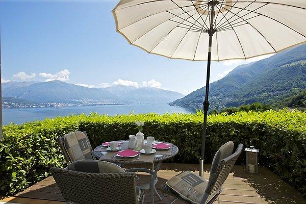 Ca. 12 m² große, teilüberdachte Terrasse mit einzigartiger See-, Insel- und Alpensicht