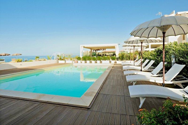 Pool mit gigantischer Sicht auf das Meer