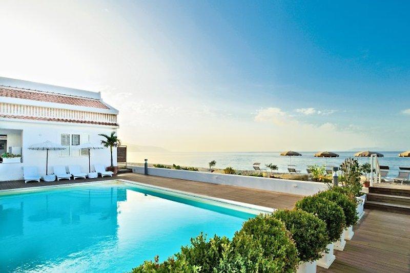 Ansicht der Residenz mit Pool direk am Meer