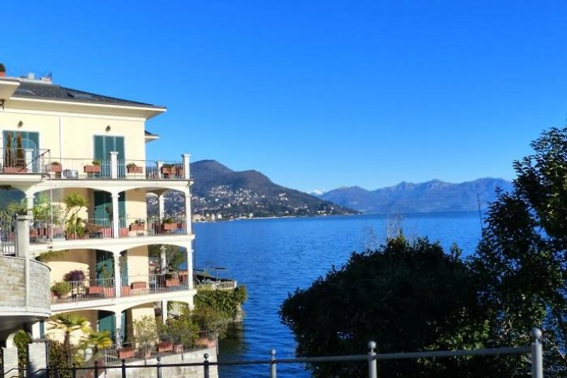 Das 'Relais La Scogliera' befindet sich direkt am See mit ...