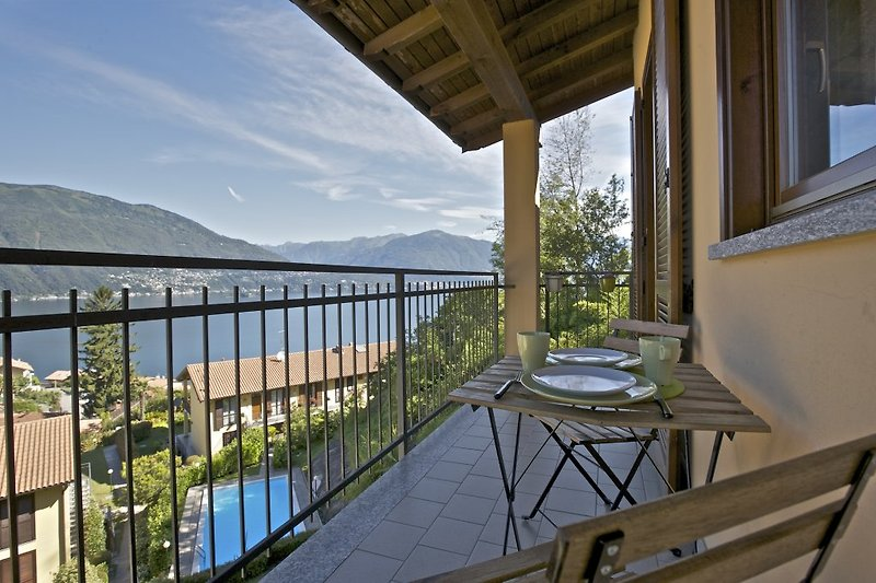 Ca. 10 m² großer, überdachter Balkon mit ...
