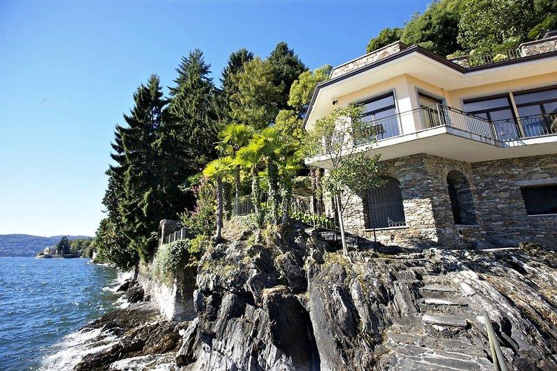 'Villa Camelia' in einzigartig ruhiger und sonniger Lage direkt am See