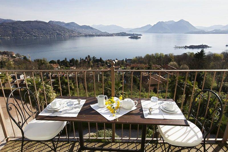 Ca. 5 m² großer Balkon mit atemberaubender Sicht auf den See, die Borromäischen Inseln und die umliegenden Berge