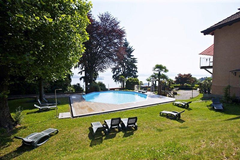 Ca. 1.000 m² großer Gemeinschaftsgarten mit ca. 10 m x 7 m großem Pool