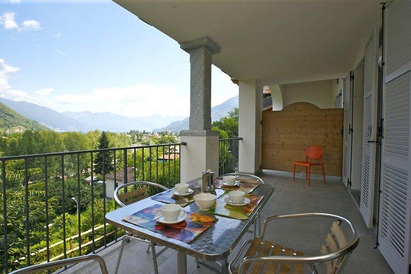 Ca. 15 m² großer überdachter Balkon mit wunderschöner Sicht auf die gegenüberliegenden Berge, Sant'Agata, den Fluss, Cannobio und den See