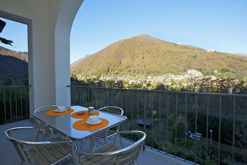 Ca. 12 m² großer überdachter Balkon mit wunderschöner Sicht auf den Lago Maggiore und Cannobio