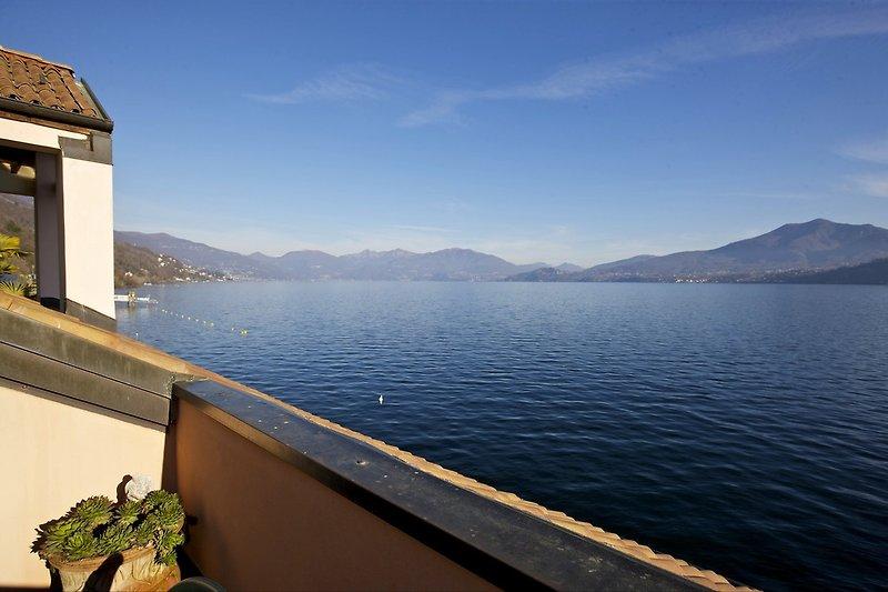Ca. 15 m² großer Balkon mit gigantischer Sicht auf den See und die umliegenden Berge