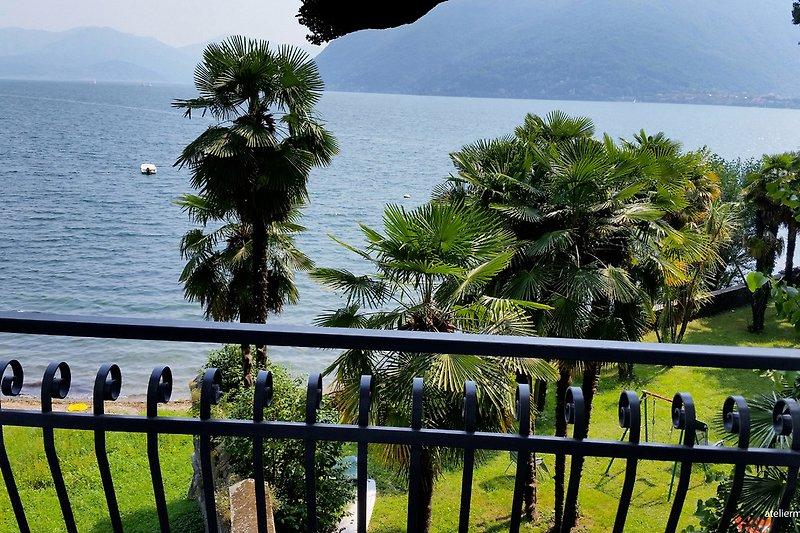Sonnenbalkon mit Sitzgelegenheit für 2 Personen und traumhafter Sicht auf den See und die Berge