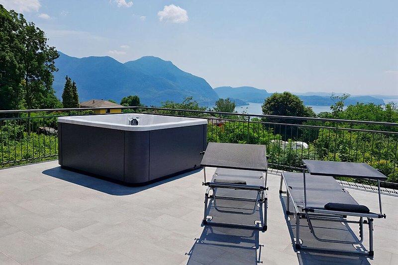 Ca. 100 m² große möblierte Sonnenterrasse mit Whilpool und atemberaubender Sicht auf den See