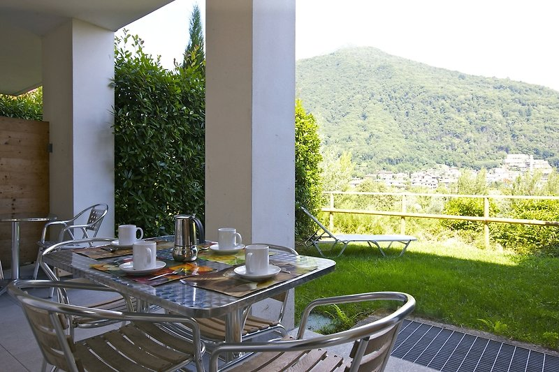 Ca. 15 m² große überdachte Terrasse mit sehr schöner Sicht auf den Lago Maggiore und Cannobio