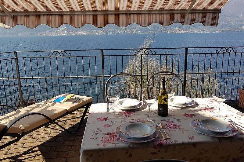 Teilüberdachte Terrasse mit Traumseesicht direkt am See