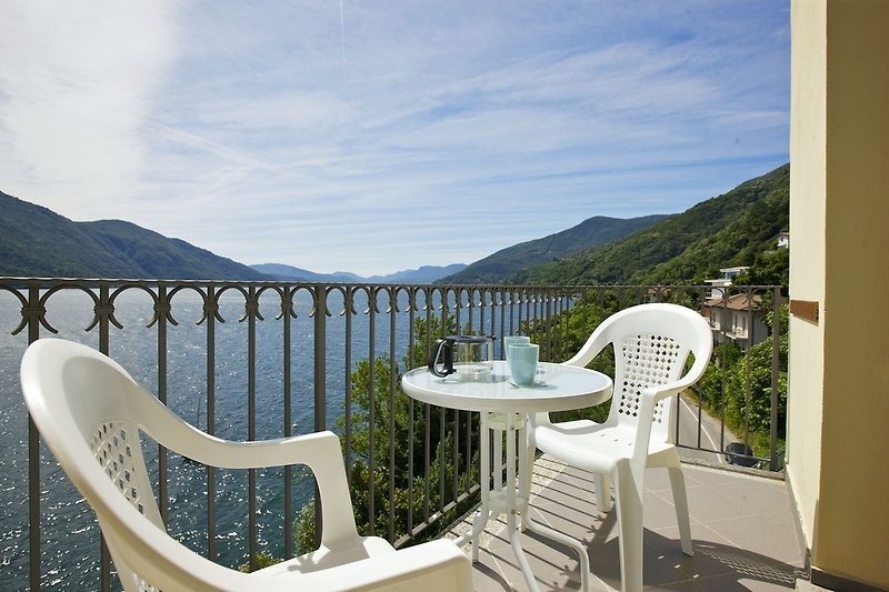 Balkon mit traumhafter Sicht auf den See, die Inseln von Brissago, Ascona und die Berge