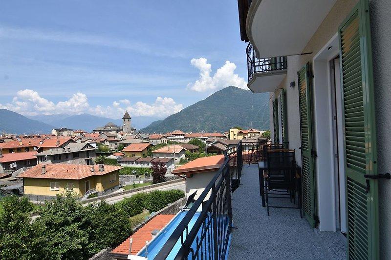 Ca. 12 m² großer länglicher Sonnenbalkon mit Blick auf Cannobio, die umliegenden Berge und den See